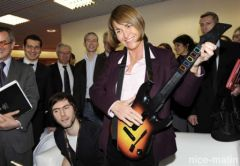 Christine Albanel joue à Guitar Hero - Photo Nice Matin